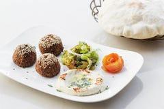 Uppläggningsfat för mezze för mat för mellanmål för startknapp för Falafelhummushoumus Arkivbilder