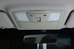 Upplysande kontroll i en bil Arkivfoto