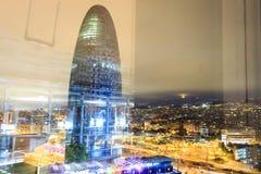 Upplyst Agbar torn och stad av Barcelona, Spanien Royaltyfria Foton