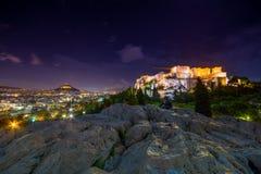 Upplyst akropol med parthenonen på natten, Grekland royaltyfria foton