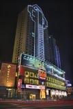 Upplyst annonsering på natten, Xiamen, Kina Arkivbild