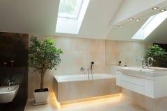 Upplyst badrum i nytt hus Fotografering för Bildbyråer