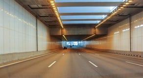Upplyst biltunnel Arkivfoton