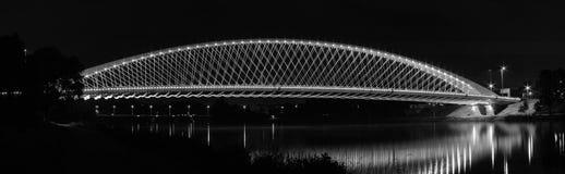 Upplyst bro över floden royaltyfri bild