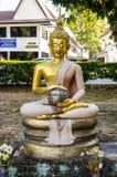Upplyst Buddha med den guld- ushnishaen som rymmer en bunke i Lotus Fotografering för Bildbyråer