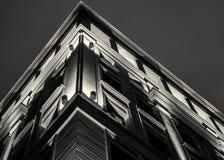 Upplyst byggnadsfasad under stads- natt Fotografering för Bildbyråer