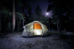 Upplyst campingplats Royaltyfri Fotografi