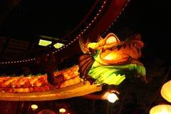Upplyst drake i den Tivoli funfairen i mitten av Köpenhamnen på natten Royaltyfri Foto