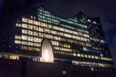 Upplyst Elbphilharmonie byggnad på natten i HafenCity, Hamburg, Tyskland royaltyfri bild
