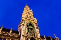 Upplyst Facade av det nya stadshuset i Munich Arkivfoto