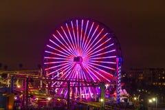 Upplyst ferrishjul på Santa Monica Pier, Los Angeles Fotografering för Bildbyråer