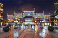 Upplyst forntida port på den Qianmen gatan, Peking, Kina Arkivbilder