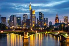 Upplyst Frankfurt horisont på natten Royaltyfria Bilder