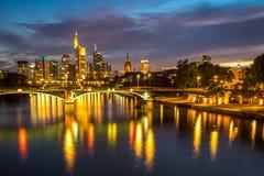 Upplyst Frankfurt horisont på natten Arkivfoton