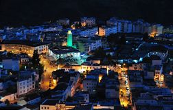 Upplyst gata av forntida Chefchaouen på natten - Marocko Royaltyfria Foton