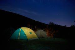 Upplyst gult campa tält Fotografering för Bildbyråer