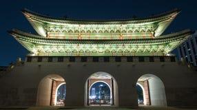 Upplyst Gwanghwamun port i natten Seoul, Sydkorea Arkivfoto