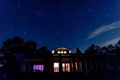 Upplyst hem- och natthimmel arkivbild