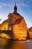 Upplyst historiskt stadshus av Bamberg royaltyfria foton