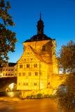 Upplyst historiskt stadshus av Bamberg royaltyfri foto