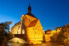 Upplyst historiskt stadshus av Bamberg royaltyfri fotografi
