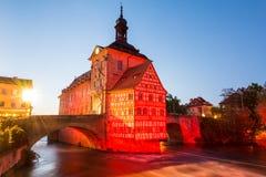 Upplyst historiskt stadshus av Bamberg royaltyfri bild