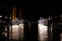 """Upplyst hus""""Welcome till min home"""" vid natt på den Amsterdam ljusfestivalen royaltyfria foton"""