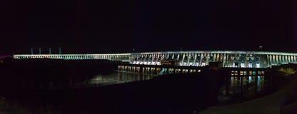 Upplyst Itaipu fördämning på natten i Foz Arkivbild