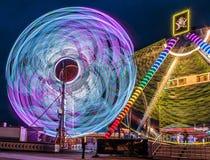 Upplyst jätteFerris Wheel Amusement ritt Arkivbild