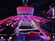 Upplyst karusellkarusell på natten Arkivbilder