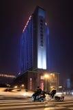 Upplyst kontorsbyggnad på natten, Chengdu, Kina Arkivbilder