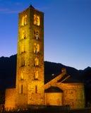 Upplyst kyrklig romansk kyrka av Sant Climent de Taull på natten i Lleida arkivbild