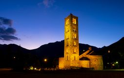 Upplyst kyrklig romansk kyrka av Sant Climent de Taull på natten i Lleida fotografering för bildbyråer