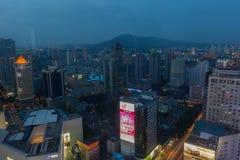Upplyst ljus för stadshorisont när Arkivfoto
