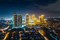 Upplyst Manila stad på natten royaltyfri foto