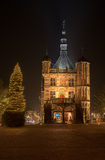 Upplyst marknadsställe i staden av Deventer I Royaltyfri Foto