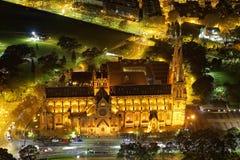 Upplyst mindre basilika vid flyg- sikt för natt Arkivbild