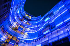 Upplyst modern byggnad av BBCLondon högkvarter på natten, UK royaltyfria foton