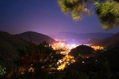 Upplyst på natten nära semesterortstaden Fotografering för Bildbyråer