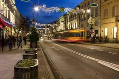 Upplyst palatslik hyreshus på den Nowy Swiat gatan Royaltyfri Fotografi
