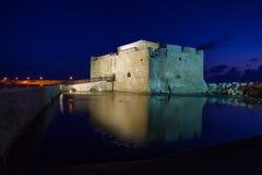 Upplyst Paphos slott på natten, Cypern Arkivbild