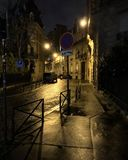 Upplyst parisisk skymningaveny royaltyfri bild