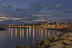 Upplyst port/marina av Lausanne (Ouchy), Schweiz Arkivfoton