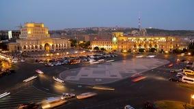 Upplyst republikfyrkant, historiemuseum av Armenien, dag-till-natt timelapse stock video