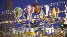 Upplyst retro karusell på natten lager videofilmer
