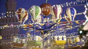 Upplyst retro karusell på natten stock video