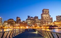 Upplyst San Francisco cityscape på natten från Embarcaderen Arkivbild