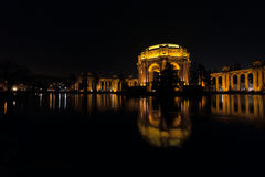 Upplyst slott av konster i San Francisco på natten Royaltyfri Foto