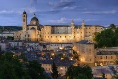 Upplyst slott Urbino Italien Arkivbild