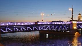Upplyst slottbro över floden Neva i St Petersburg, Ryssland arkivfilmer